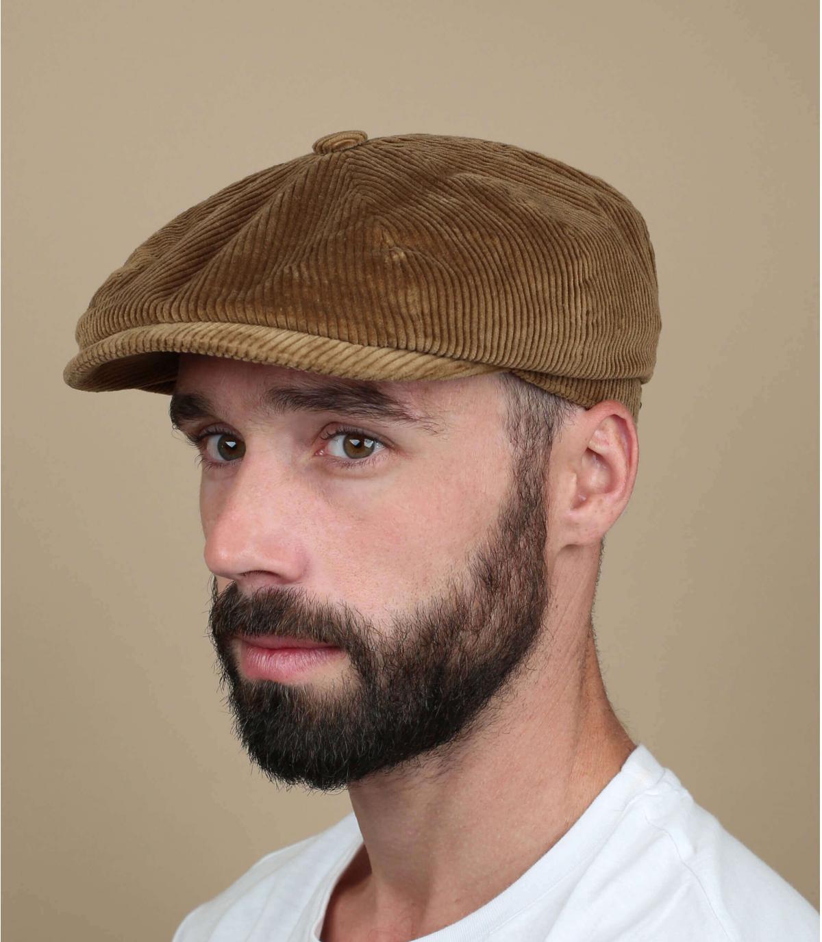 krantenverkoper beige velvet cap