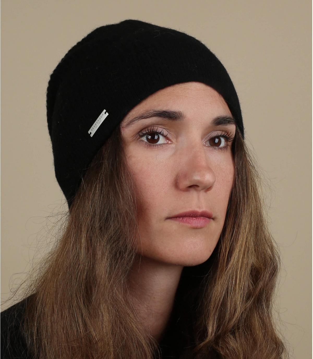 lange zwarte wollen hoed