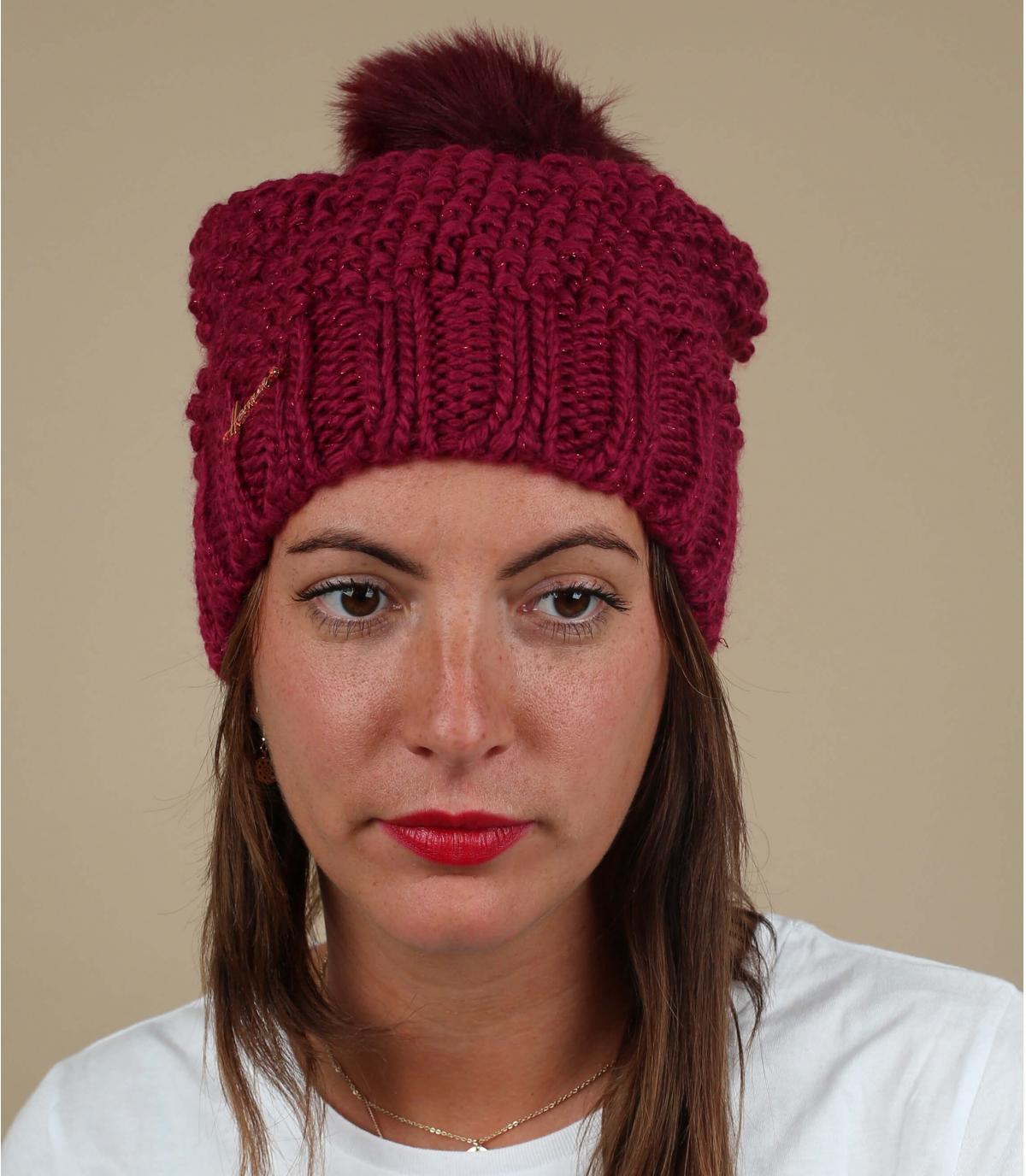 roze pompom hoed vrouw