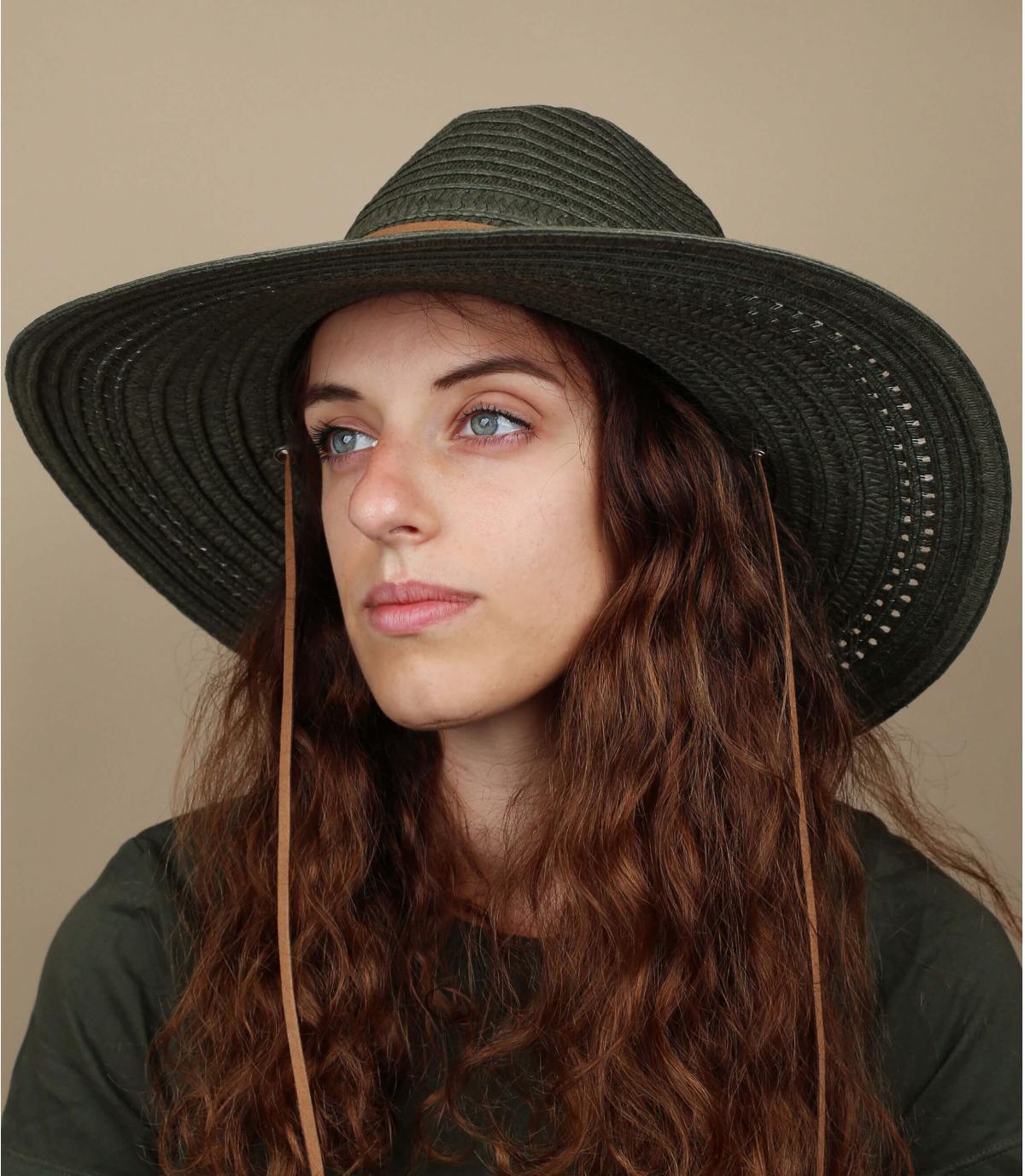 grande cappello di paglia verde