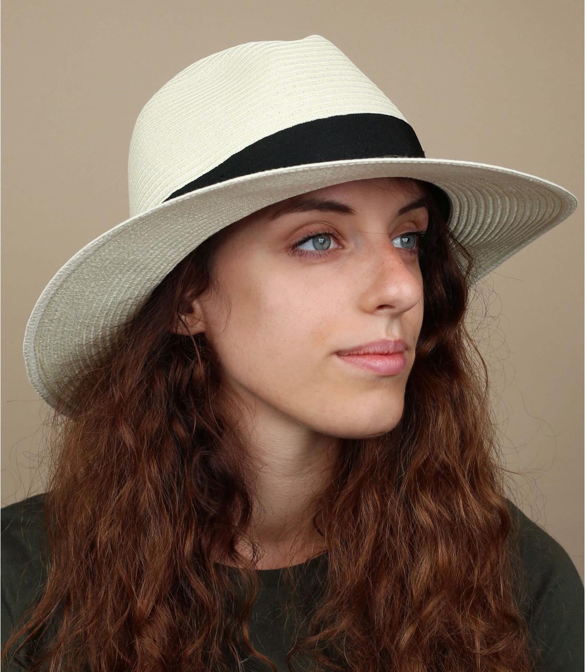 cappello di piume di paglia