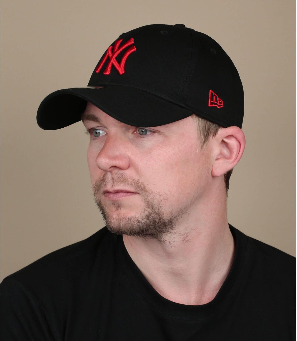 zwart rode NY cap