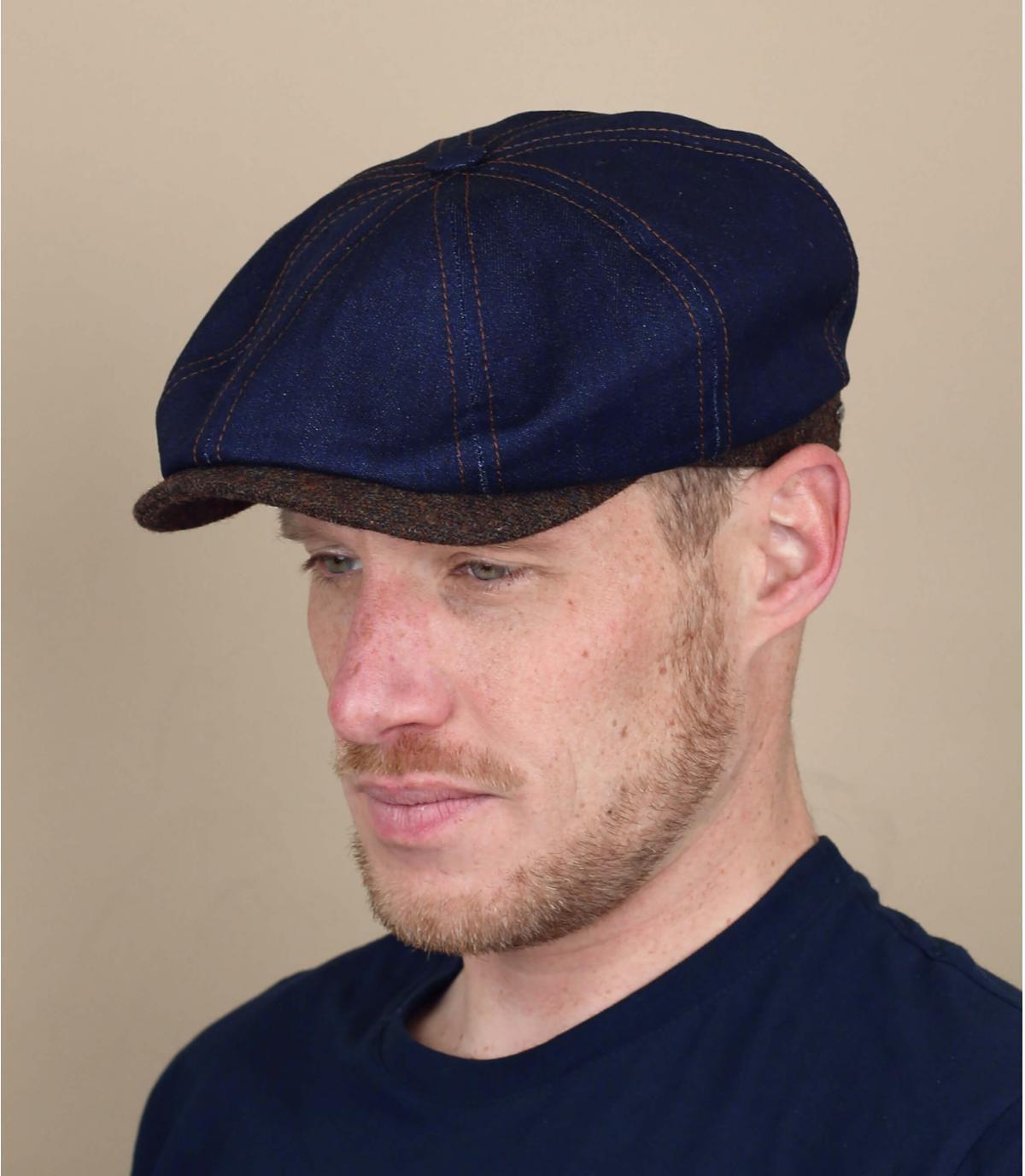 blauwe jeans krantenverkoper cap