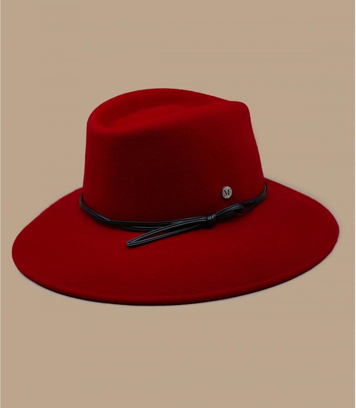 rode vrouw voelde hoed