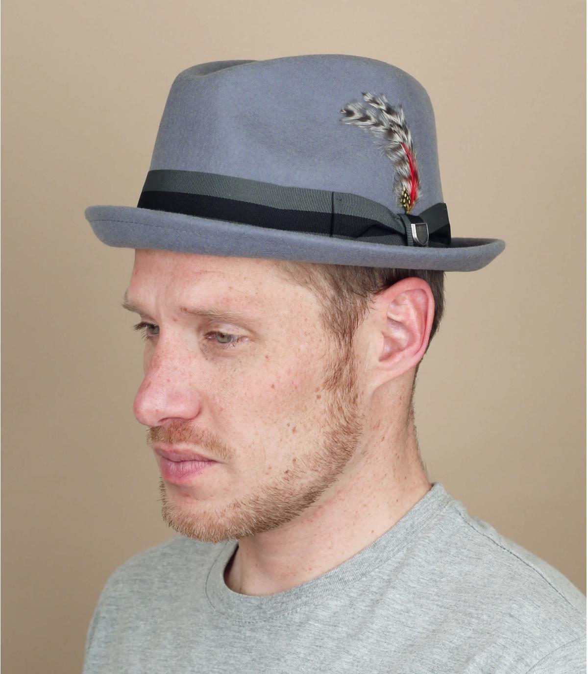 Grijze hoed met verenlint