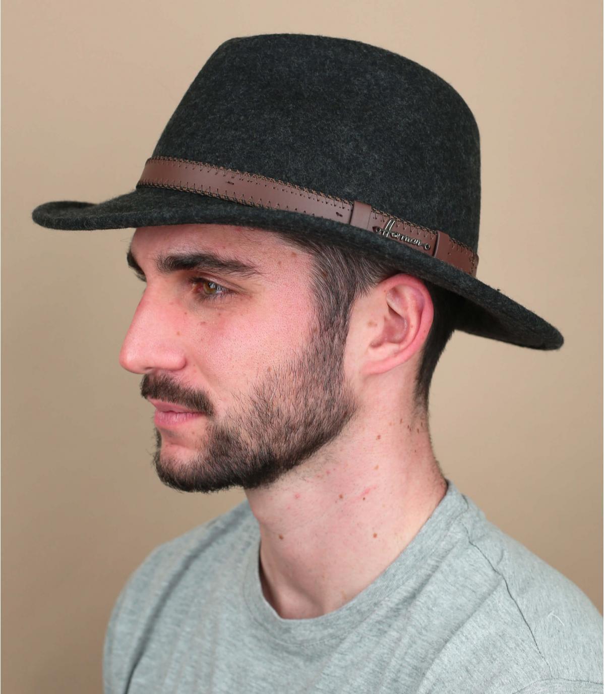 grijze vilten hoed