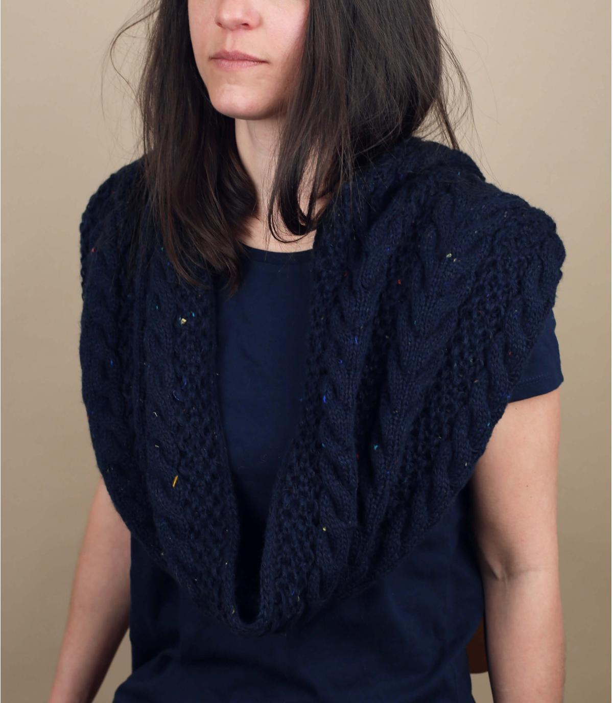 gedraaide blauwe sjaal