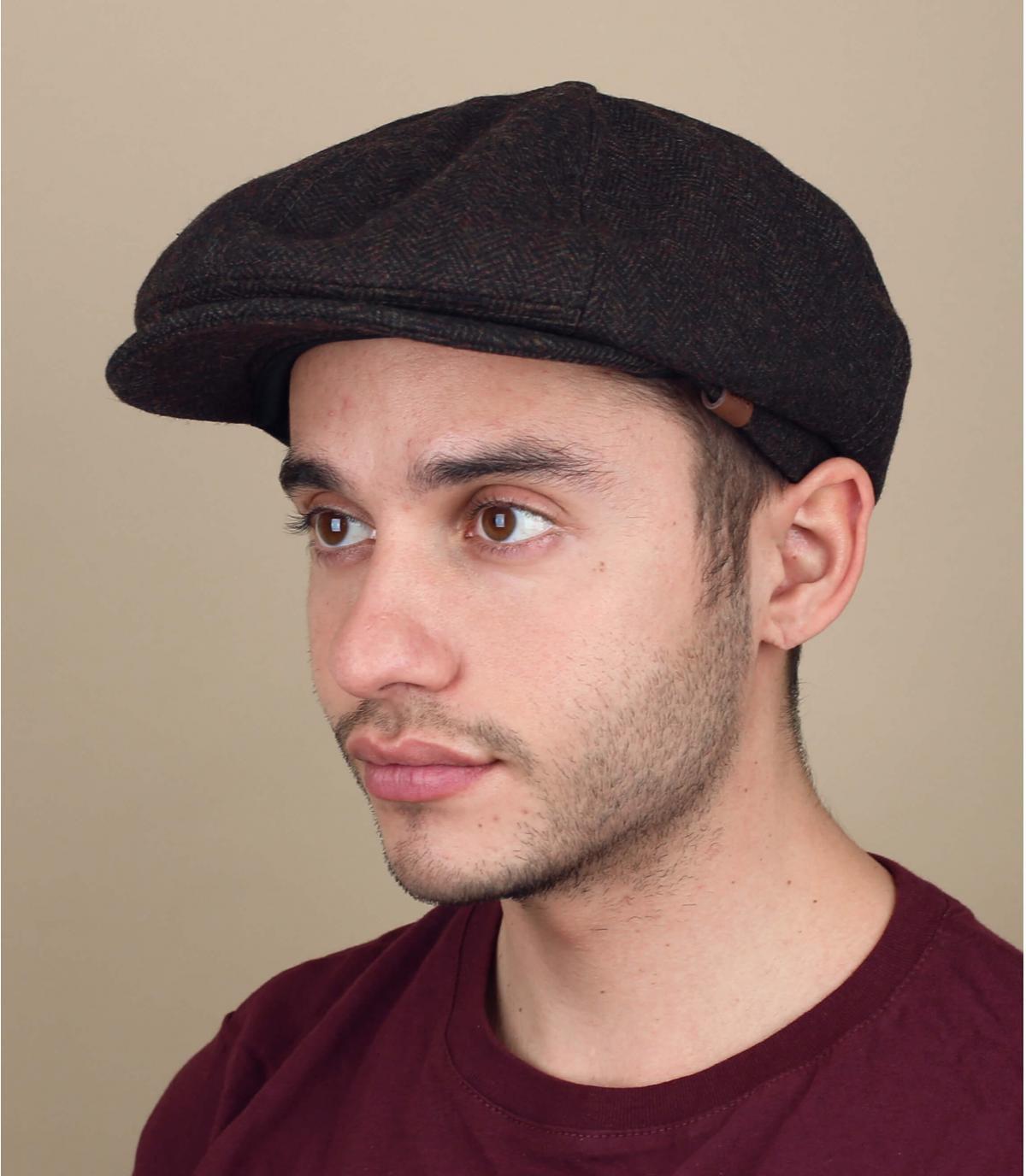 bruine krantenverkoper baret