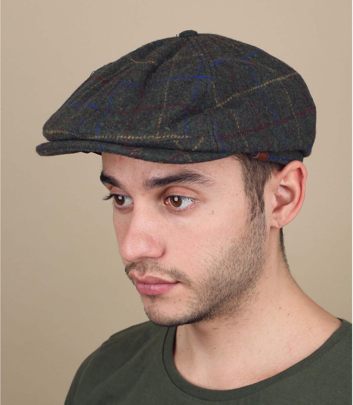 groene krantenverkoper baret