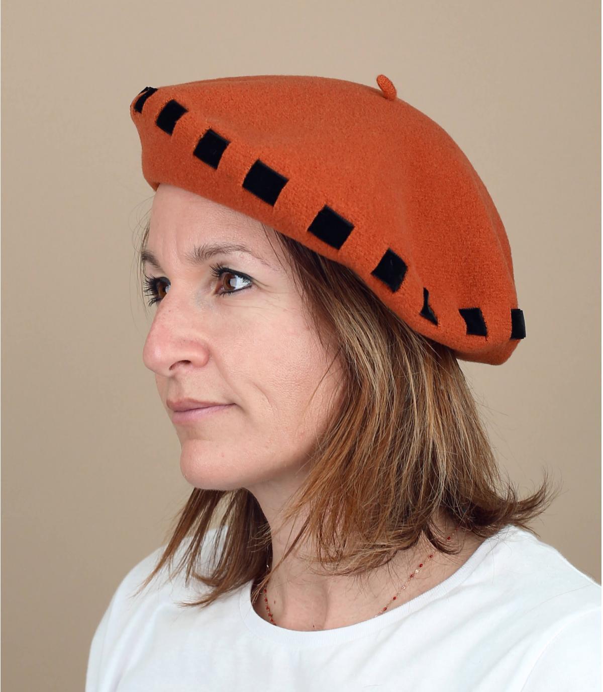 geknoopt lint oranje baret