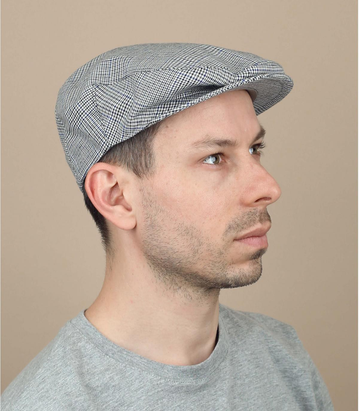 grijze geruite baret