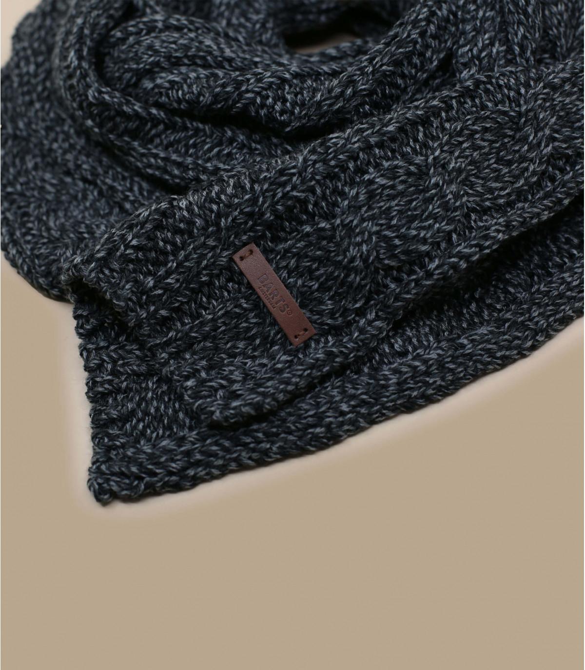 zwarte sjaal verdraaid