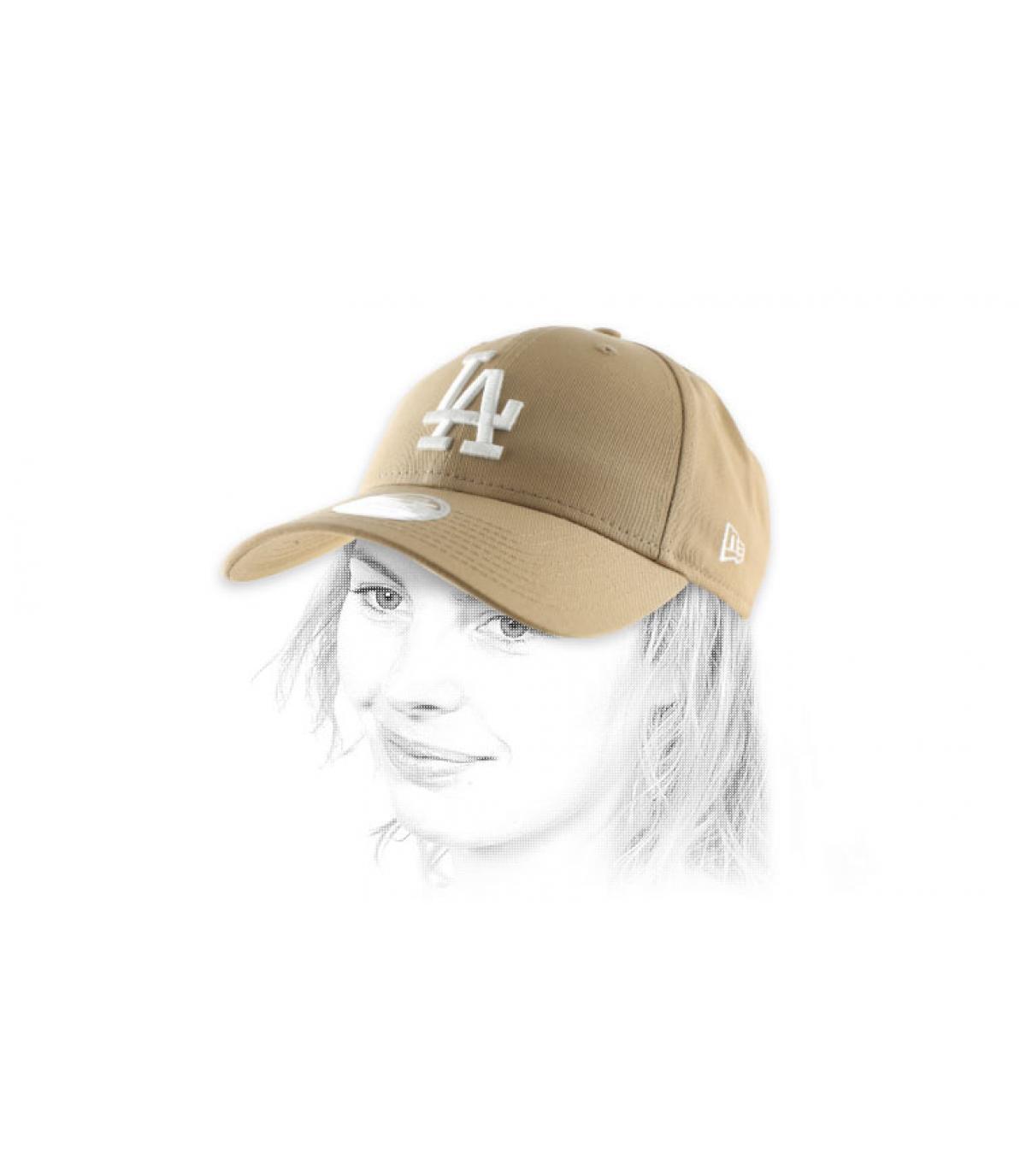 De vrouw beige cap