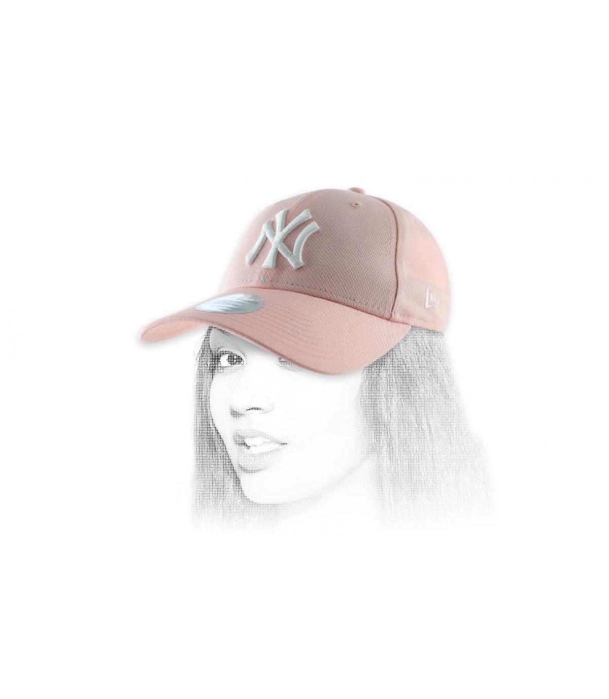 vrouw roze hoed NY