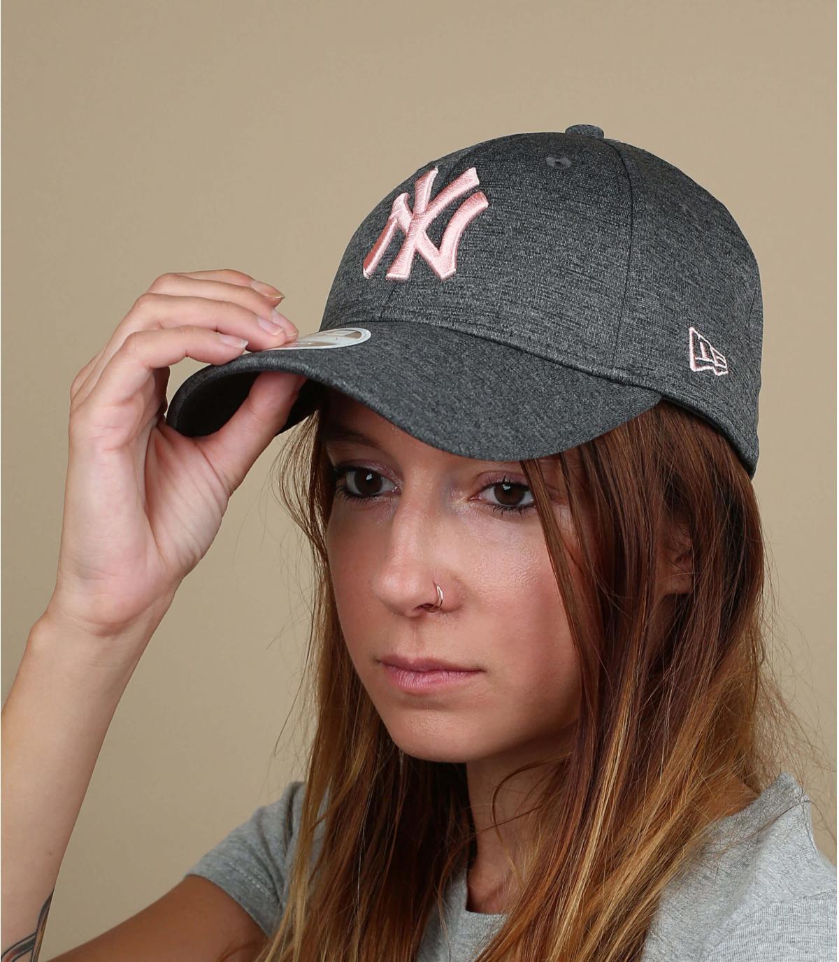 grijze hoed vrouw roze NY