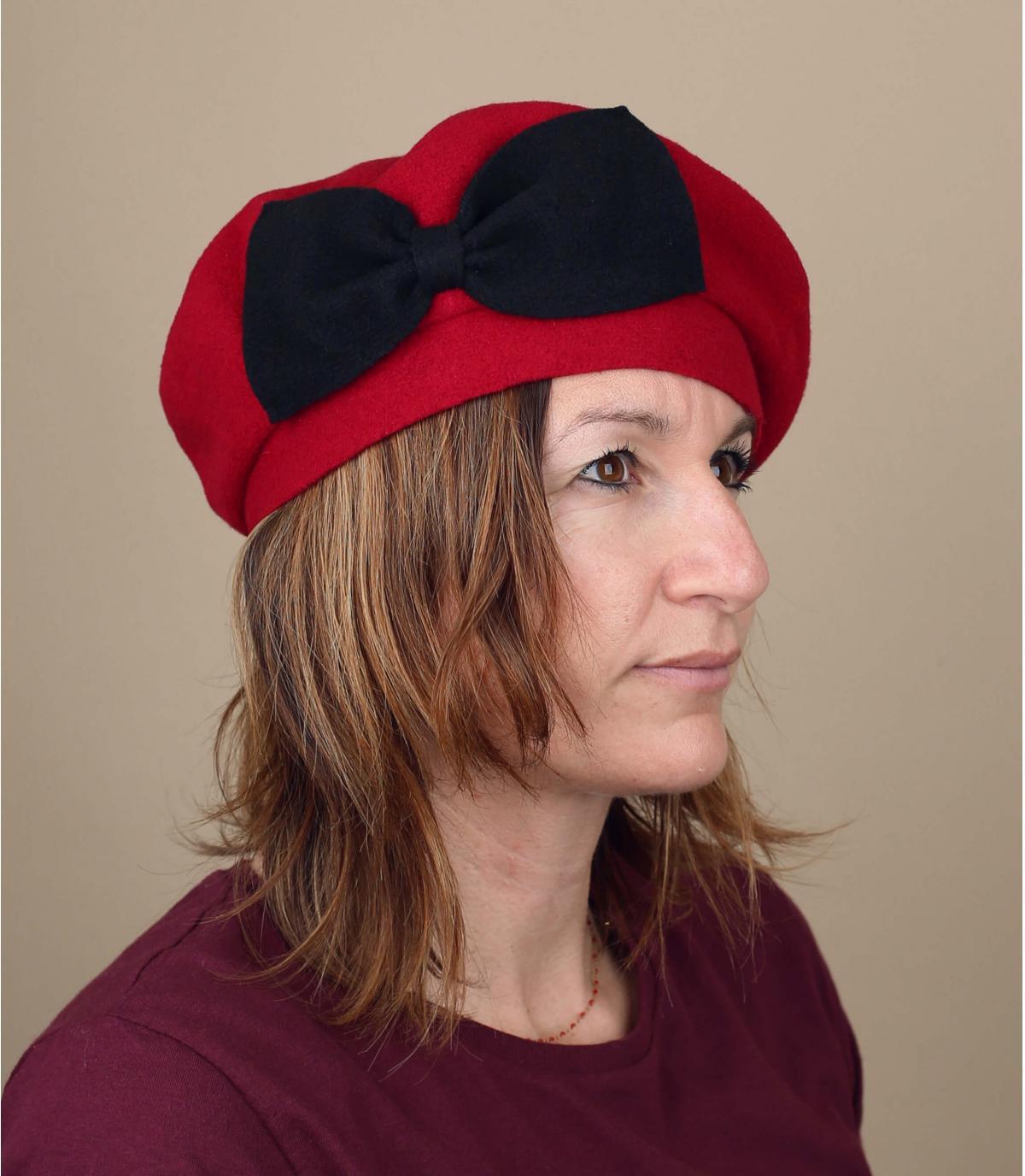 rode baret zwarte strik