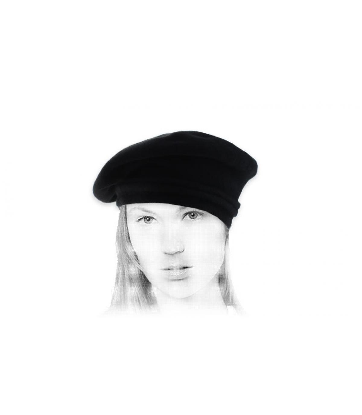 zwarte baret gekanteld wol